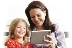 """Mãe e filha se divertindo com um jogo? Em um tablet? Não deve ser um """"jogo de verdade"""" então, né preconceituosos?"""