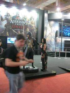 Ubisoft e seu periódico Assassin's Creed. Nós perdoamos o rapaz por entrar na frente da... TV, né?