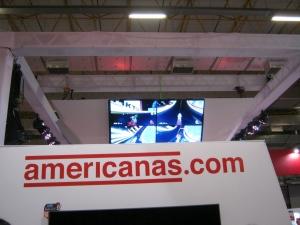 Telão mostrando um racha de Mario Kart 8 que estava sendo disputado no estande da Americanas. O espaço também demonstrava alguns jogos da Bandai Namco... Namco Bandai... seja lá qual for a ordem dos fatores.