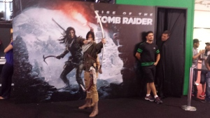 Rise of the Tomb Raider só em sala fechada. Desculpem, todas as fotos que tirei da bela moça interpretando a Lara Croft saíram tremidas. Destaque para a cabeça mística no canto direito da foto.