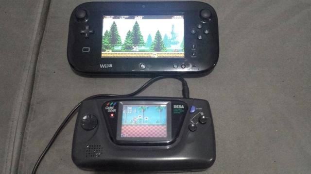 Gamepad comparado a um Game Gear. O controle da Nintendo ganha no conforto com toda certeza.
