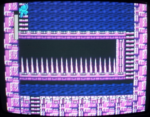 A parte dos espinhos é essa. A primeira vez que caí fiquei muito irritado. Basicamente são 11 quadrados que se repetem, contem oito da direita pra esquerda e pulem na escada. Sem pensar. Ninguém merece passar por algo sem graça assim.