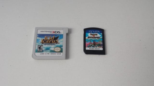 A esquerda um cartucho de 3DS e a direita um de Vita.