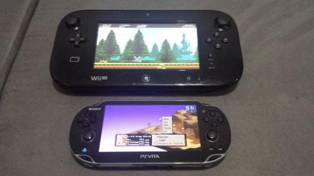 Falando no Wii U, vejam uma imagem com o Gamepad e o Vita para comparação.