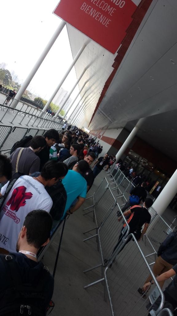 Cheguei aproximadamente 12h40 por lá e assustei com esta fila, mas estava marcado para abertura dos portões às 13hs. E eles foram bem pontuais, essa fila andou rapidinho.