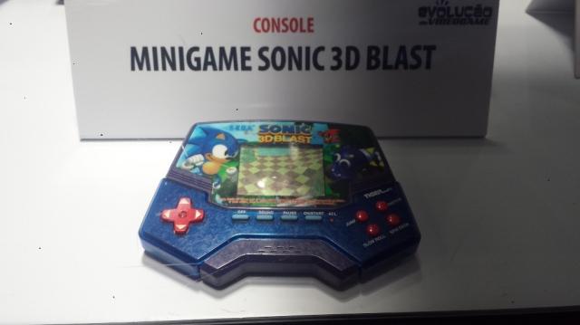 """A SEGA estava representada por este espetacular mini game Sonic 3D Blast. Se a versão de console já não é essas coisas, fico imaginando o quão """"boa"""" é essa daí."""