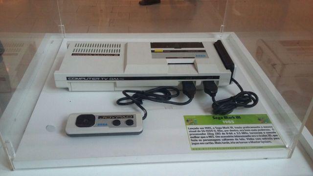 Este pra mim foi outro destaque, o SEGA Mark-III. Futuramente, ele se transformaria no Master System. Sonho em ter um tróço desses. Ah, o SG-1000 e o SG-1000 II também estão à mostra.