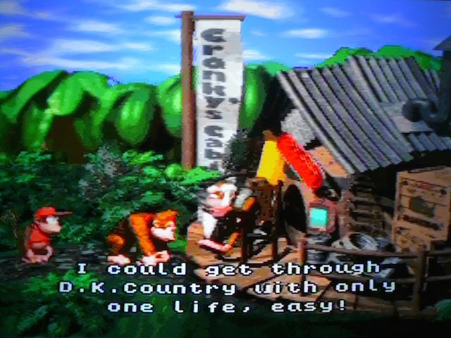 Cranky Kong, o figurão, dizendo que termina DKC com apenas uma vida, fácil fácil. Será?